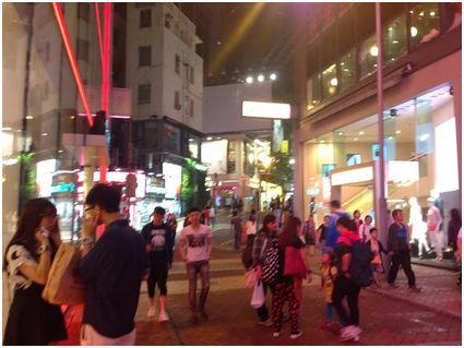 香港島のCauseway bay、渋谷かと見間違うばかり。