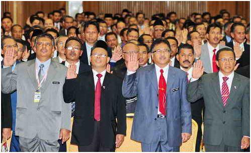トレンガヌ州にある大学、先生の日に誓いの言葉を述べた教授たちの様子