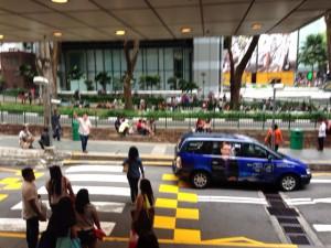 シンガポールで、休日にくつろぐOFWフィリピンからの労働者達。