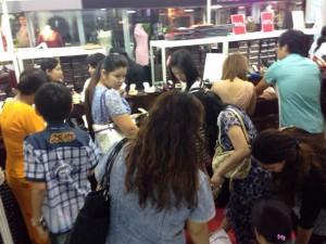 ミャンマーのモールで、靴のセールに群がる女性消費者達。